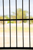 Opinión al aire libre de la ventana de la prisión de las barras de acero Imagen de archivo