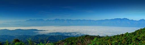 Opinión al aire libre del fondo de la naturaleza de la luz del sol del cielo azul de la montaña para el de Imagenes de archivo