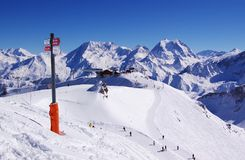 Opinión alpestre de centro turístico de esquí Imagen de archivo