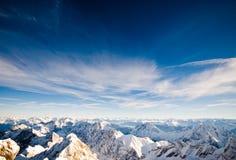 Opinión alpestre de la cima de la montaña del invierno foto de archivo libre de regalías