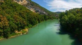 Opinión alpina del río en las montañas francesas Imagenes de archivo