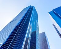 Opinión alta de edificios de oficinas abajo encendido de la tierra Fotografía de archivo