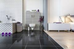 Opinión amplia moderna del cuarto de baño y del dormitorio Fotografía de archivo