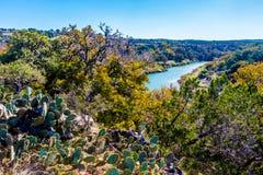 Opinión amplia Texas Pedernales River de un alto peñasco Con el follaje de otoño Imagen de archivo libre de regalías