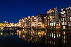 Opinión Amsterdam con la reflexión del agua, Holanda de Nigth Imagen de archivo libre de regalías
