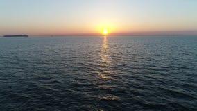 Opinión anticipada de la antena del océano tranquilo en el sunset  almacen de video