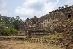 Opinión antigua del templo del khmer en el complejo de Angkor Wat, Camboya Buda hace frente en la pared del templo de Phnom Bakhe fotografía de archivo