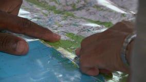 Opinión ascendente cercana el hombre y la mujer que señalan en los lugares en mapa del mundo imagen de archivo libre de regalías