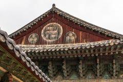 Opinión ascendente cercana sobre el tejado del templo buddhistic coreano de Bulguksa con muchas linternas para celebrar cumpleaño imagen de archivo libre de regalías