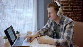 Opinión ascendente cercana un pianista o un guitarrista joven que intenta componer su nueva canción en un descanso para tomar caf metrajes
