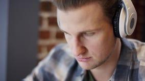 Opinión ascendente cercana un pianista o un guitarrista joven que intenta componer su nueva canción en un descanso para tomar caf almacen de video
