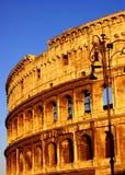 Opinión ascendente de Colosseum en la puesta del sol Imagen de archivo libre de regalías