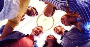 Opinión ascendente los ejecutivos felices que forman el handstack