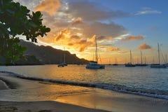 Opinión asombrosa de la puesta del sol Barco de navegación en la isla de Bequia en San Vicente y las Granadinas fotos de archivo libres de regalías