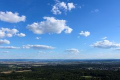 Opinión asombrosa del paisaje sobre los bosques hermosos, las montañas alpinas y los campos idílicos de Alemania del sur con un c foto de archivo