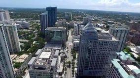 Opinión asombrosa del panorama del abejón de la antena 4k sobre el camino de la calle en edificios altos de la arquitectura moder metrajes