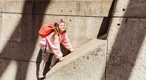 Opinión asombrosa la niña sonreída feliz, alegre que camina en el muro de cemento Fotos de archivo libres de regalías