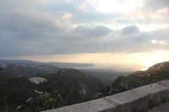 Opinión asombrosa y hermosa del mar de la alto-montaña y de la puesta del sol de la ciudad Líbano del norte de Koura Imagenes de archivo
