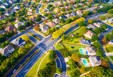 Opinión Autumn Colors Aerial de ojo de pájaros sobre los hogares suburbanos en Austin, Tejas Imagen de archivo