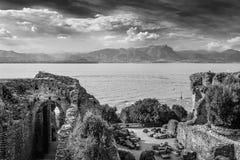 Opinión B&W del lago Garda foto de archivo libre de regalías