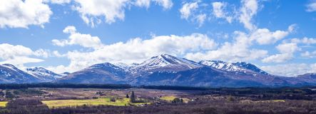 Opinión Ben Nevis Range del puente de Spean en las montañas de Escocia Fotos de archivo libres de regalías