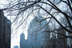 Opinión Berlin Cathedral durante invierno Imágenes de archivo libres de regalías