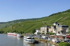 Opinión Bernkastel de la ciudad con los viñedos en el Mosela Foto de archivo libre de regalías