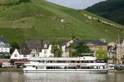 Opinión Bernkastel de la ciudad con los viñedos y el barco de cruceros Imagenes de archivo