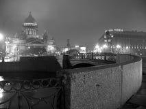 Opinión blanco y negro de la noche de la catedral del ` s de Isaac del santo Fotos de archivo libres de regalías