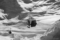 Opinión blanco y negro sobre el remonte en montañas de la nieve Imágenes de archivo libres de regalías