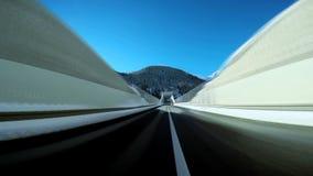 Opinión a bordo del coche que conduce velocidad móvil de la precipitación del movimiento de la calle del camino de la impulsión metrajes