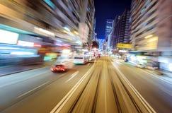 Opinión borrosa de la ciudad de la noche del efecto del movimiento de la perspectiva del coche fotos de archivo libres de regalías