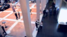 Opinión borrosa gente Gente en un pasillo moderno grande Fondo enmascarado almacen de metraje de vídeo
