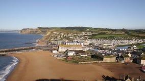 Opinión británica del oeste de Dorset Inglaterra de la bahía a la dirección del oeste de la cacerola de oro del casquillo almacen de video