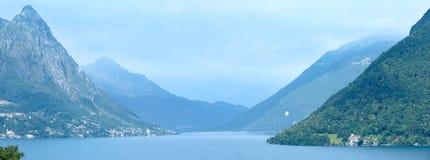 Opinión brumosa del verano de Lugano del lago (entre Suiza e Italia) imagen de archivo