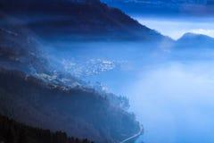 Opinión brumosa panorámica del horizonte de Vitznau, lago Fotografía de archivo libre de regalías
