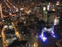 Opinión céntrica de Chicago en la noche Foto de archivo libre de regalías