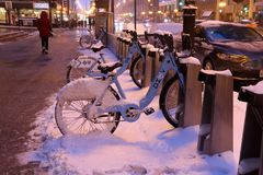 Opinión céntrica de la calle de Chicago durante día de invierno nevoso Imagen de archivo