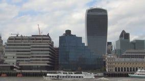 Opinión céntrica de la ciudad de Londres con los edificios grandes en área financiera y el río Támesis metrajes