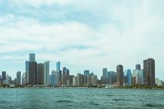Opinión céntrica del horizonte de Chicago de un barco imagen de archivo