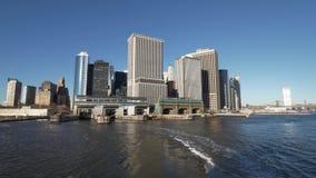 Opinión céntrica del horizonte de Manhattan que sorprende de Hudson River almacen de metraje de vídeo