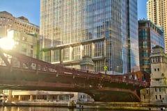 Opinión céntrica del río Chicago de puentes durante puesta del sol imagen de archivo libre de regalías