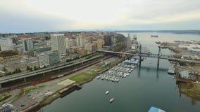 Opinión céntrica del río con los barcos y naves, oficinas y movimiento del tráfico almacen de video