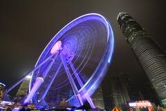 Opinión central de la noche de Hong Kong con la nueva noria Fotos de archivo