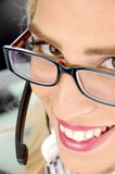Opinión cercana el abastecedor sonriente del cuidado del cliente Imagen de archivo