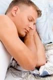 Opinión cercana el varón joven durmiente Imagenes de archivo