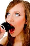 Opinión cercana la mujer que canta en Karaoke Imágenes de archivo libres de regalías