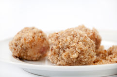Opinión cercana sobre las bolas de masa hervida con las migas de pan en una placa blanca Fotografía de archivo