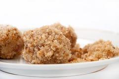 Opinión cercana sobre las bolas de masa hervida con las migas de pan en una placa blanca Imagen de archivo libre de regalías