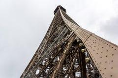 Opinión cercana sobre torre Eiffel Fotografía de archivo libre de regalías